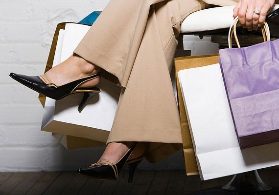 Az, hogy a nők keresztbe teszik a lábukat, ösztönös védekező mozdulat. Az egymáson átvetett combok viszont kirívóak, ezért illetlenség így ülni. Mindig csak a bokákat, vagy legfeljebb a lábszárakat keresztezd.