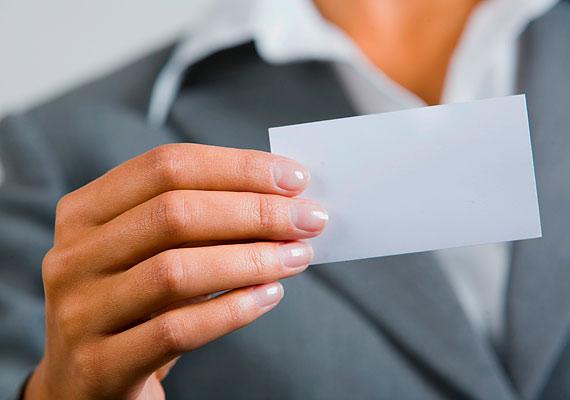 Gyűrött vagy foltos névjegykártyát adni az egyik legnagyobb illemtani baki: nem könnyű egy női táskában rendet tartani, de ha a kártya, amire a neved van írva, igénytelen, az rólad is ezt a benyomást kelti.