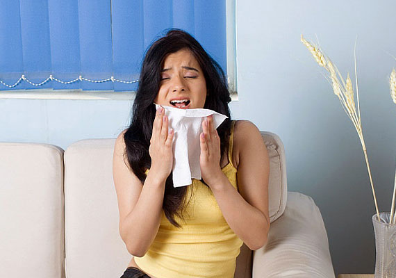 Ha tüsszentesz, nem elég a kezedet a szád elé tenni: mindig legyen nálad erre a célra egy zsebkendő - természetesen tiszta.