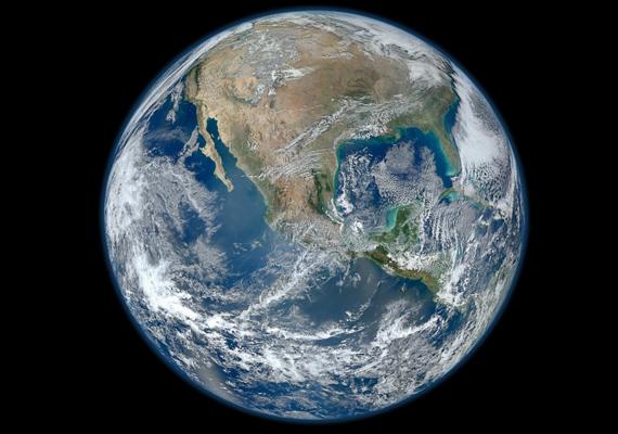 A Kék márvány címet viseli a Földről készült kép, amelyet a NASA ismert műholdjáról, a Suomi NPP-ről fotóztak. Kattints ide a nagy felbontású képért!