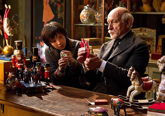 A leleményes Hugo Martin Scorsese legújabb alkotása, melyben egy kisfiú nyomoz elhunyt édesapja és a rejtélyes játékbolttulajdonos kapcsolata ügyében.
