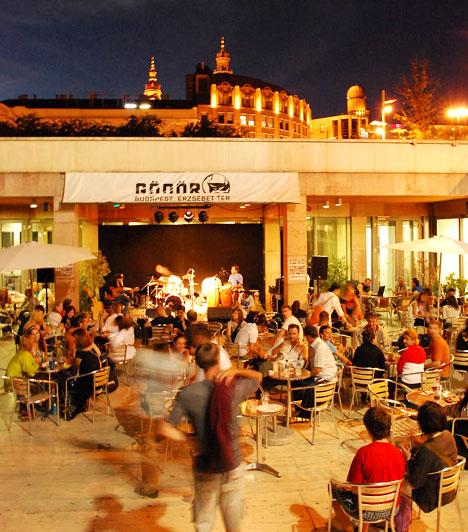 Gödör Klub  Budapest talán legismertebb szórakozóhelye az Erzsébet téri Gödör Klub. A város szívében található kulturális központ évek óta ad otthont olyan színvonalas programoknak, mint például a VilágVeleje Fesztivál. De az akusztikus, elektronikus, blues, illetve jazz koncertek széles tárházából is bátran válogathatsz.  Kép forrása: http://budapestgolocal.blogspot.com