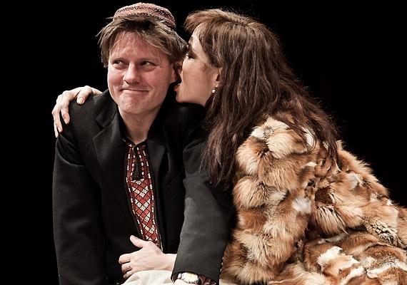Ónodi Eszter a darabban a végzet egyfajta falusi asszonyát alakítja.