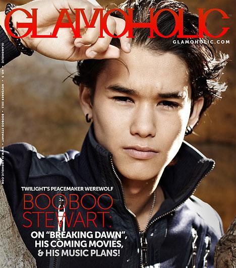 Boo Boo StewartAz amerikai színész, énekes, táncos és modell 1994. január 21-én született Nils Allen Stewart Jr. néven. Kisebb szerepek mellett kaszkadőrként is dolgozott, az igazi áttörést azonban a Twilight saga hozta meg számára, amelyben Seth Clearwater karakterét formálja meg. Egzotikus vonásait annak köszönheti, hogy ereiben kínai, japán, koreai, orosz, skót és Blackfoot indián vér is csörgedezik. A színészet mellett az újságírással is kacérkodik, több interjút is készített a TNA Wrestling számára.