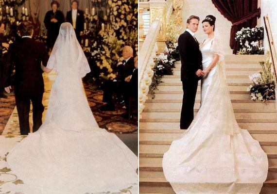 Catherine Zeta Jones Hollywood egyik leggyönyörűbb menyasszonya volt. A boldogító igent egy méregdrága, de gyönyörű Christian Lacroix ruhában mondta ki Michael Douglasnek.