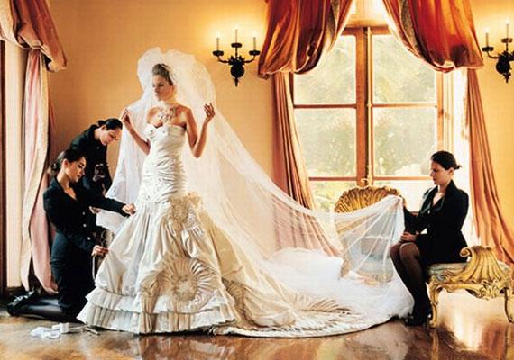 Melina Knauss 2005-ben egy Dior ruhában mondta ki az igent, amit 1500 gyöngy és hegyikristály díszített. Súlya egyébként megközelítette a menyasszonyét.