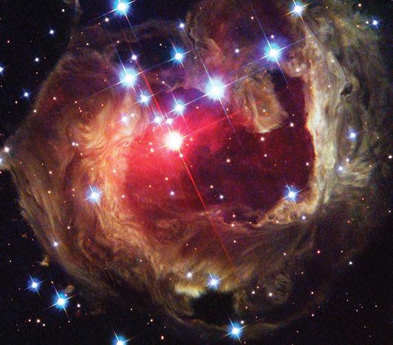 A Hubble több alkalommal is lefotózta a V838-as csillagot, mely a port és a gázokat több tízezer évvel ezelőtt lövellte ki.