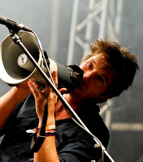 Kiss TibiDunaújváros szülötte, 1971. május 10-én látta meg a napvilágot. Zenész, képzőművész, dalszövegíró, a Quimby együttes gitáros frontembere, illetve a Budapest Bár oszlopos tagja. Zenei teljesítménye mellett költőként is számon tartják. 2010-ben megkapta a Magyar Köztársasági Érdemrend lovagkeresztjét.Kapcsolódó galéria:A legütősebb hazai zenekarok »Kép: Vajda Istvan
