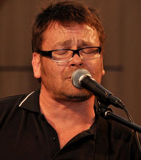 Lovasi András  1967. június 20-án Pécsen látta meg a napvilágot. Az 1987-ben alakult Kispál és a Borz együttes énekese, basszusgitárosa és szövegírója volt - egészen 2010-es felbomlásukig. Jelenleg a 2005 óta fennálló Kiscsillag zenekar gitárosa, énekese, zeneszerzője. 2010-ben Kossuth-díjat kapott.  Kapcsolódó galéria: Legkedveltebb Kossuth-díjas színészeink »