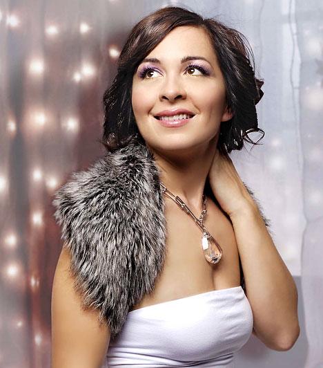 Szekeres AdrienSzekeres Adrien különleges hangjával kiemelkedő sikereket ért el korábbi zenekarával, a Unisex-szel, de szólóban is megállja a helyét. A lágy hangú énekesnő 2008-ban megjelent a Piszkos Tánc című lemezét a 2009-es Csak játék követte, melyet férjével, Kiss Gáborral készítettek.