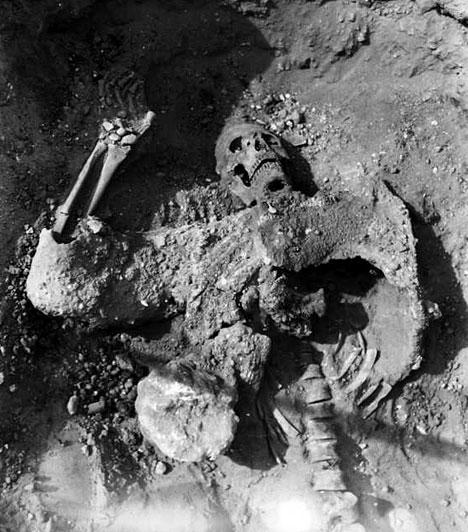 A borzalmak alagútja1933-ban Robert du Mesnil du Buisson régész 19 légiós kővé meredt holttestét találta meg egy alagútban, akiknek arcára örökké odafagyott a félelem. Láthatóan mind egyszerre, néhány pillanat alatt haltak meg. A régészek úgy vélik, i. sz. 256-ban az Eufrátesz folyó partján fekvő Dura-Európoszban 19 római legionárius ereszkedett le a szűk, föld alatti járatba, hogy meggátolja a szászánida katonák bejutását a városba az alagúton keresztül, az ellenség kardjai helyett azonban mérgező füst végzett velük.