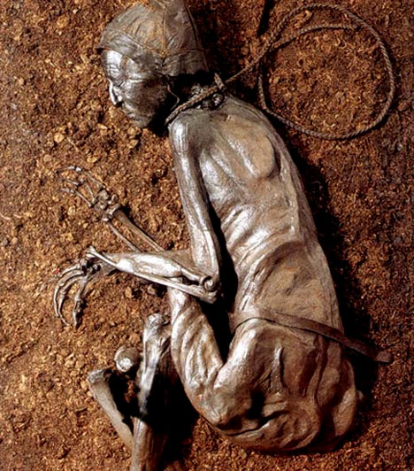 A mocsári múmia  A tollundi ember az egyik leghíresebb mocsári múmia, ám nem az egyetlen. Ezek a holttestek általában a lápvidékeken kerülnek elő. Az erőszakos halált halt egykori emberek földi maradványait a tőzeg tartósítja, még arcuk legfinomabb vonásait is megőrzi.  Kapcsolódó szavazás: Különös lények »