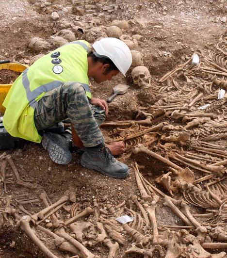 A lefejezett vikingek  A Dorset brit grófság területén felfedezett tömegsírban 54 lefejezett viking holttestét találták meg a régészek 2009 júliusában. Az i.sz. 910 és 1030 között elhantolt áldozatok valószínűleg nem csatában estek el, hanem módszeresen kivégezték őket.  Kapcsolódó cikk: Híres emberek halála »