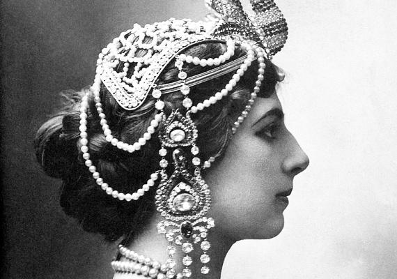 A híres kém, Mata Hari egyes források szerint kurtizánként kereste a kenyerét, hála nem mindennapi szépségének.