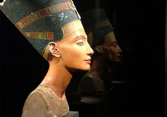 Nefertitiről, Egyiptom királynőjéről a mai napig azt állítják, hogy kora egyik legszebb asszonya volt, legalábbis a mellszobra alapján végzett számítógépes vizsgálatok erre utalnak.