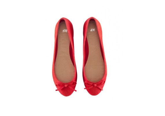 A legegyszerűbb farmer-póló szettet is feldobja a piros balerinacipő. H&M, 2490 forint.