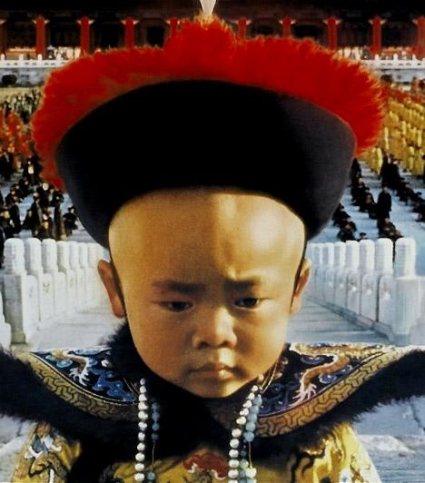 Az utolsó császár  A francia-olasz-angol koprodukcióban készült filmdráma 9 Oscart kapott. Az 1987-es film az '50-es évekbe kalauzol: a helyszín a kínai-szovjet határállomás. Háborús bűnösöket szállítanak haza. Ott van közöttük Pu Ji, az utolsó kínai császár, aki uralkodói pályáját a japán bábállam, Mandzsuko névleges uraként fejezte be.