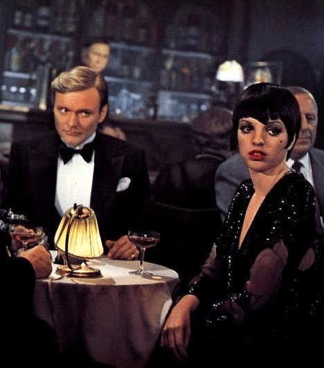 Kabaré  A világhíres amerikai táncos-színész-koreográfus Bob Fosse viszonylag kevés filmet készített, de művei, köztük a Kabaré, a modern musical határkövei. Az 1972-es Kabaré nem csak óriási kassza- és közönségsiker lett, de új stílust is teremtett és nem mellékesen bezsebelt 8 Oscat.