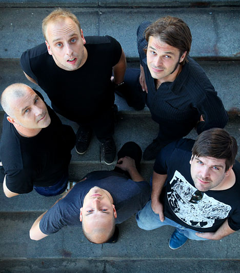 Heaven Street Seven  A Heaven Street Seven a hazai indie-gitárpop zenekarok idősebb testvére. Az új lemezeit nagyjából kétéves periódusokban prezentáló, kezdetben angol nyelven éneklő öttagú együttes 2000-ben jelentetett meg első ízben teljes egészében magyar nyelvű számokból álló dalcsokrot.  Fotó: Martin Wanda