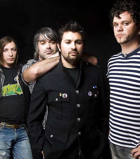 Magna Cum Laude                         A Magna Cum Laude 1999 szeptemberében alakult, első albumuk azonban csak 2003-ban jelent meg Hangolj át címmel. Azóta számos olyan remek lemez követte a sorban, mint például a 2006-on Minden Állomás… vagy a 2007-es Magnatofon. Legutóbbi lemezük, ötödik stúdióalbumuk, a Csak ülünk és zenélünk 2010-ben jelent meg.