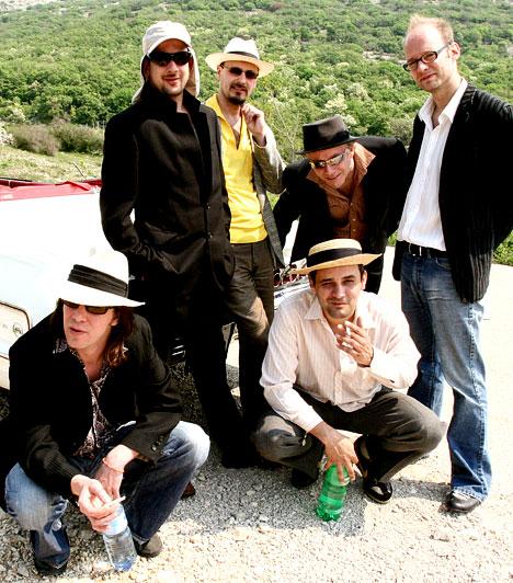 Quimby  A Quimby zenekar egy olyan formáció, amelynek lemezeire, zenéjére és - ami legalább ennyire fontos - szövegeire nem lehet nem odafigyelni. Az 1991-ben alakult banda 2011-ig kilenc albumot jelentetett meg - ezek közül kettő, az Ékszerelmére és a Kilégzés az év albumának járó díjat is elnyerte.  Fotó: Szitányi György