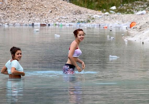 Ahogy fodrozódik a víz, látni lehet a természetellenes kék színt.