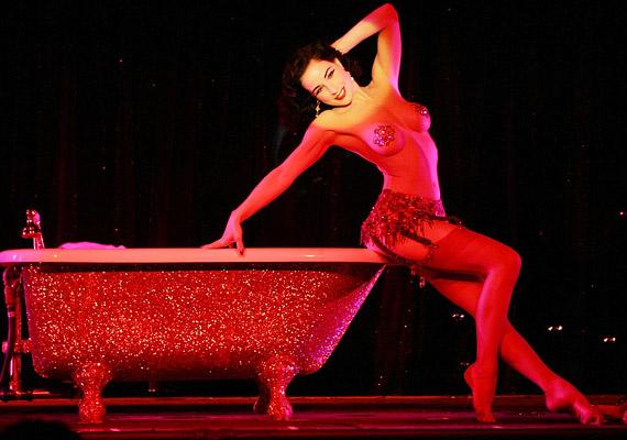A táncosok olyan egyéniségek irányítása alatt is dolgozhattak már a Crazy Horse eddigi története során, mint Salvador Dali, David Lynch, Kylie Minogue, Paco Rabanne, Karl Lagerfeld vagy Emmanuel Ungaro.