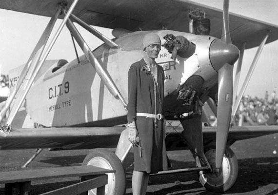 Amelia Earhart beférkőzött a férfiak uralta repülős világba, több rekordot is felállított, ő volt az első nő, aki átrepülte az Atlanti-óceánt, Nagy-Britannia és Amerika között. Amikor 1937-ben megkísérelte körülrepülni a Földet, örökre nyoma veszett a Csendes-óceán felett. Itt olvashatsz róla bővebben.