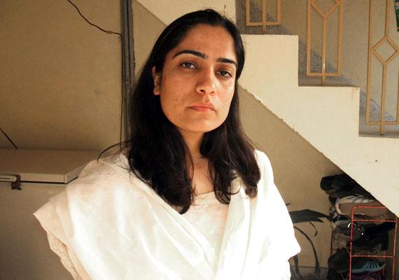 Az 1978-as születésű, afgán Malalai Joya élesen bírálja az afgán kormányt a nők elnyomása miatt, emiatt többen megfenyegették már, gyakorlatilag folyamatosan bujkálnia kell. Itt olvashatsz róla többet.