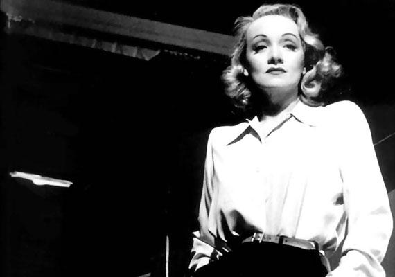 Marlene Dietrich filmjeit állítólag maga Hitler is megnézte. Amikor a Führer hírnevet és szerepeket kínálva próbálta hazacsábítani az Amerikába költözött színésznőt, Marlene megüzente: a náci Németország neki nem a hazája. Marlene életéről itt olvashatsz többet.