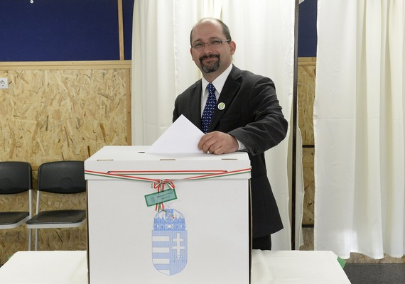 Csárdi Antal, az LMP főpolgármester-jelöltje elaludt, így egy kicsit megváratta a fotósokat. Azért sikerült elcsípni a pillanatot.