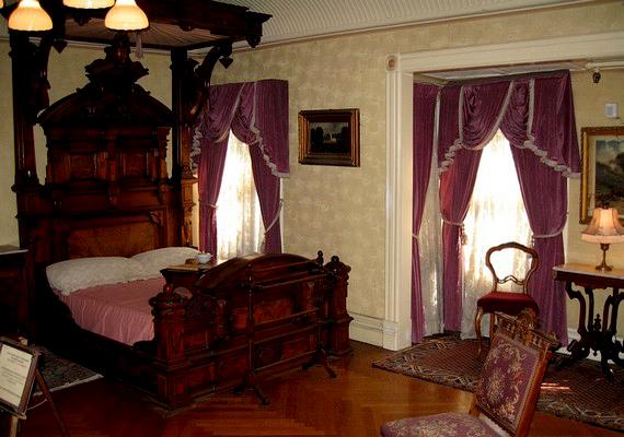 Hatalmas faágy és elfüggönyözött ablakok a hálószobában.