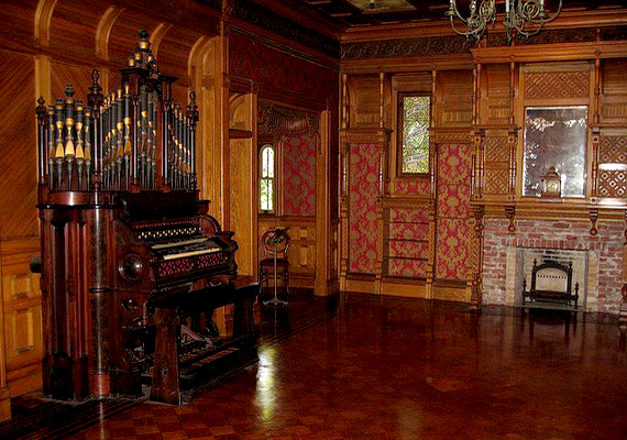 A faburkolat és a barnás színek miatt sötétek és tekintélyt parancsolóak a szobák.