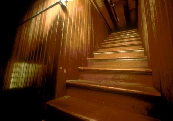 A lépcsőháznak bizarr hangulata van, látszik, hogy nem egy átlagos helyhez tartozik.