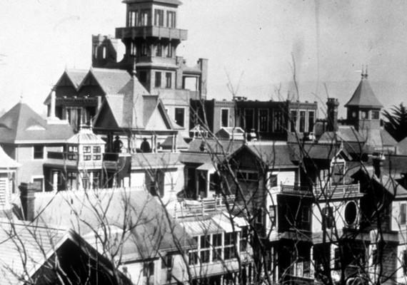 Egy régi, fekete-fehér fotó a ház részletéről, tornyokkal.