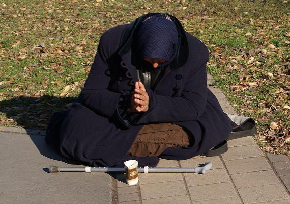 Az idős emberek jelentős része van kitéve az elszegényedésnek, főleg azok, akik alacsony nyugdíjból, egyedül kénytelenek élni.