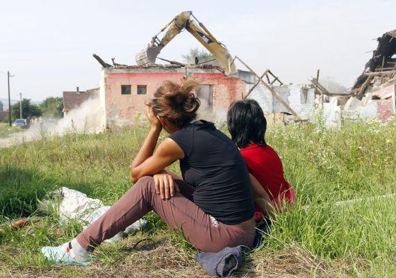 A nyomortelepek lakóinak azok a düledező házak jelentették az otthont, melyeket a telepfelszámolás jegyében elbontottak a fejük fölül. A miskolci számozott utcákra egy éve mondták ki a halálos ítéletet.