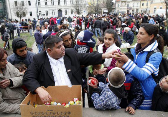 A szeretetszolgálatok mellett civil szervezetek is rendszeresen osztanak ételt a rászorulóknak. Sok gyerek csak ilyenkor eszik csokit vagy banánt.