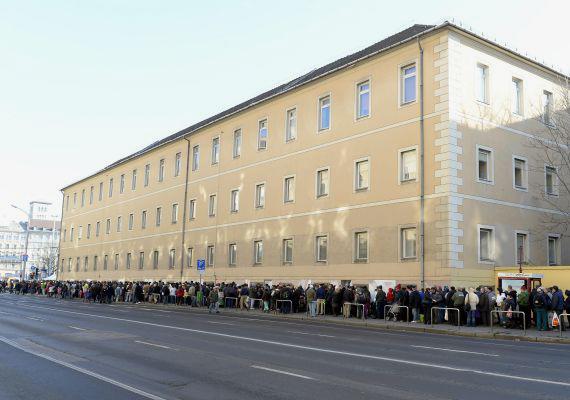A sor, mely évről évre hosszabb: a Krisna-tudatú hívők karácsonyi ételosztására rendszeresen ezrek érkeznek a budapesti Blaha Lujza térre.