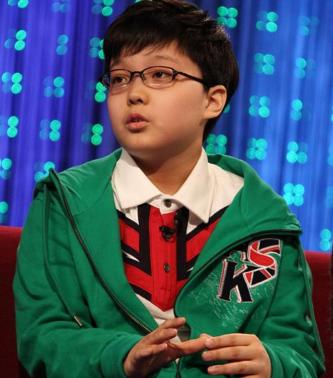 Song Yoo-geun (1997- )  Nyolcévesen lett a Koreai Egyetem hallgatója, ezzel ő a valaha volt legfiatalabb hallgatója Koreának. Az egyetem elvégzése után 2005-ben felvételt nyert az Inha Egyetemre - nem sokkal a felvételi után már azt nyilatkozta, teljes mértékben érti a kvantummechanika egyik legfontosabb elméletét. Két éve diplomázott le tökéletes eredménnyel, és vette kézhez azt az oklevelet, melyet normál esetben képzett mérnökök kapnak meg 20-30 évesen.