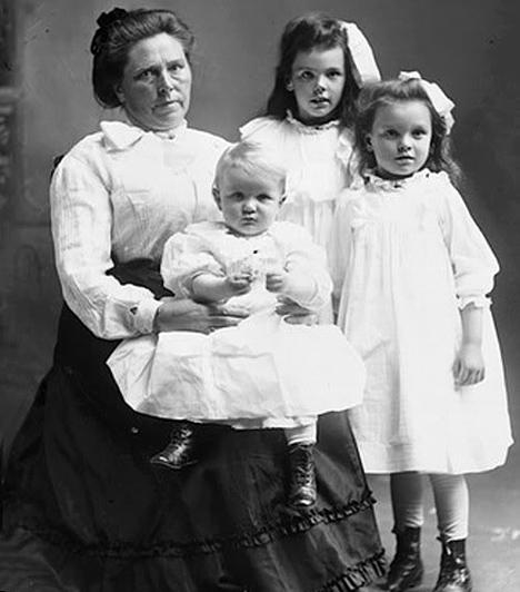 Belle Gunness  Az 1859-ben született Gunness-t Amerika egyik leghírhedtebb sorozatgyilkosának tartják, kinek már hatalmas termete - igen magas volt, és több mint egy mázsát nyomott - is félelmet keltett környezetében. Úgy tartják, mindegyik férjét és minden egyes gyermekét meggyilkolta, csakúgy, mint minden, hozzá közel álló személyt. Mindezt egyetlen okból kifolyólag tette: szeretett luxus körülmények között élni, amit a számtalan életbiztosítás segített neki fedezni.