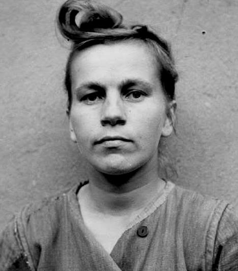 Irma Grese  A halál szőke angyalaként, illetve az auschwitzi ringyó néven elhíresült Irma Grese a ravensbrücki és auschwitzi táborokban volt őr, körülbelül 30 ezer zsidó foglyot őrzött. Módszerei azonban olyan kegyetlenek voltak, hogy az adott részlegekből többször is kitiltották. A beszámolók szerint rabok százait etette meg kutyáival, szexuálisan zaklatta őket, és örömét lelte abban, ha testileg és lelkileg egyaránt megtörhette az áldozatokat. 1945-ben, 22 évesen végezték ki.  Kapcsolódó címke: Történelem »