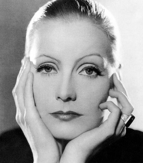 Greta Garbo (1905-1990)A filmek múló, mégis felejthetetlen pillanatai hallhatatlanná teszik a színészóriások nevét. A svéd Greta Garbo azonban vitán felül több volt egyszerű filmcsillagnál: személye körül valóságos legendák szövődtek. Színészi képességeit leginkább tragikus szerepekben csillogtatta meg, kisugárzása világsztárrá avatta. Visszavonulása után, 1955-ben életmű Oscar-díjjal tüntették ki.