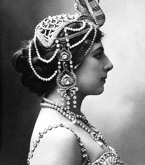 Mata Hari (1876-1917)Az egzotikus nevű Mata Hari 1876-ban Margaretha Gertruida Zelle néven született Hollandiában. 29 évesen költözött Párizsba, ahol táncosnőként dolgozott, majd az első világháború idején német-francia kettős ügynökként tevékenykedett - egy francia hadbíróság halálra ítélte.