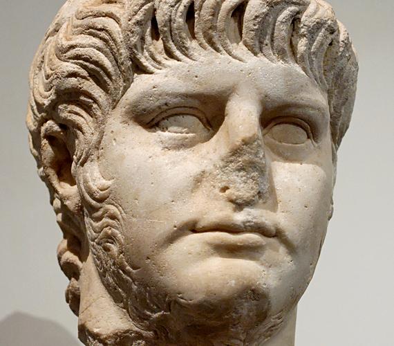 Zsarnoki tettei miatt Néró az egyik legismertebb ókori uralkodó. Állítólag együtt hált anyjával, borzalmas szexuális szokásai voltak, és a pirománia sem kerülte el.