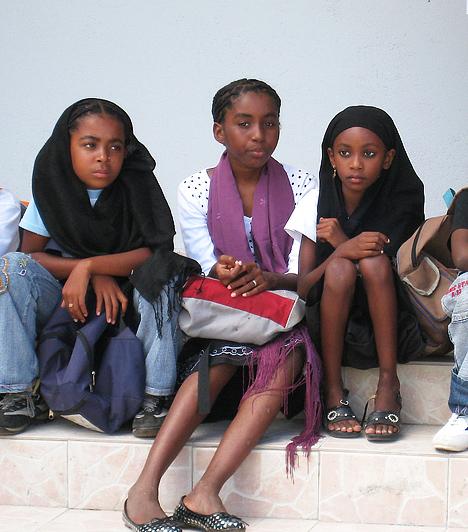Komoro-szigetekKomoro négy fő szigetből áll, melyek mindegyike Madagaszkár és Afrika keleti partja között terül el. Az ország igen kicsi, a népsűrűség azonban annál magasabb: megközelítőleg ezer fő lakik egyetlen négyzetkilométeren.