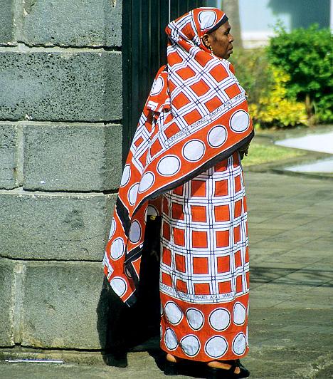 Komoro-szigetekA világ hatodik legszegényebb országának elmaradottságáért elsősorban a nagymértékű népességnövekedés és a munkanélküliség a felelős. A mezőgazdaság a GDP 40%-át teszi ki, az ország gazdasági helyzete pedig nagymértékben függ a külföldi segítségtől.