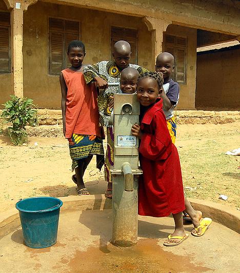 NigériaNigéria a maga 12,5 milliós lakosságával, valamint az egy főre eső GDP mértékével a kilencedik legszegényebb ország. Az aszály általános természeti csapás az országban, ami gyakran okoz súlyos élelmezési válságot. A lakosság 63%-a  napi 1 dollárnál kevesebből él. A felnőttek 85%-a analfabéta, a várható élettartam 46 év.