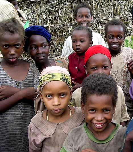 Szomália  A Magyarországnál hétszer nagyobb Szomália az ötödik legszegényebb ország. A mai napig nincs központi államhatalom, helyette törzsi anarchia érvényesül. Ásványkincsekben gazdag területei egyelőre kiaknázatlanok, a lakosság nagy része nomád állattartásból él.  Kapcsolódó cikk: 8 ország, ahol sárba tiporják a nők jogait»