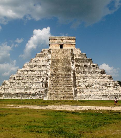 """Chichén Itzá, Yukatán-félsziget, MexikóChichén Itzá - jelentése yukatáni maja nyelven """"az itzai kút kávájánál"""" - az időszámításunk szerinti 5. században épült maja város, amely a 10. században a majákat elfoglaló toltékok fővárosa volt. A város egyedülálló romjait 1988 óta a Világörökség részeként tartják számon."""